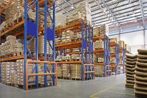 entrepôt avec étagères multicouches dans une usine